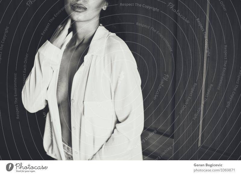Attraktive Frau im Bett Lifestyle schön Körper Haut Erholung Schlafzimmer Junge Frau Jugendliche Erwachsene 1 Mensch 18-30 Jahre Mode Unterwäsche Erotik