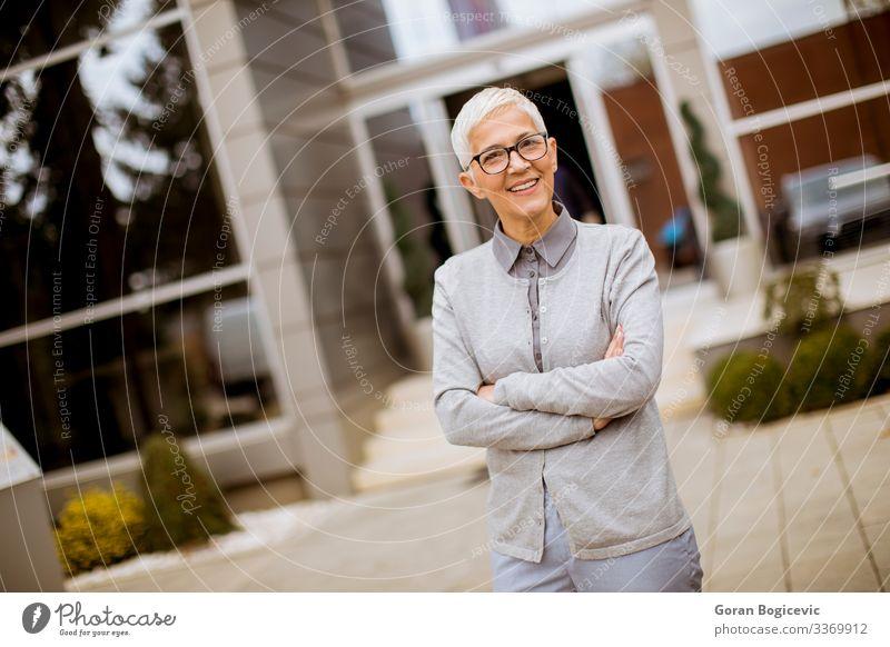 Outdoor-Porträt einer glücklichen älteren Geschäftsfrau Lifestyle Glück Erfolg Arbeit & Erwerbstätigkeit Büro Business Unternehmen Mensch Frau Erwachsene