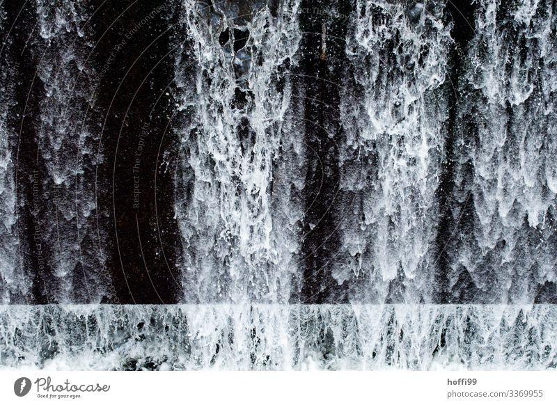 Wasserfall mit abstrakte Wasserformen,Tropfen, Spritzer vor schwarzem Hintergrund Urelemente Wassertropfen ästhetisch außergewöhnlich dunkel Flüssigkeit frisch