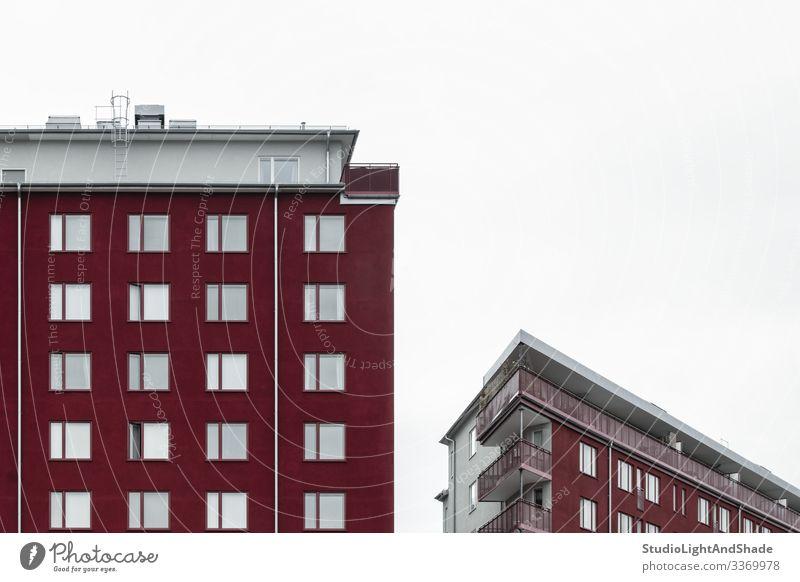 Moderne kirschrote Gebäude Lifestyle Haus Himmel Wolken Stadt Architektur Fassade Balkon Straße dunkel einfach modern neu Sauberkeit grau weiß Fenster Dach