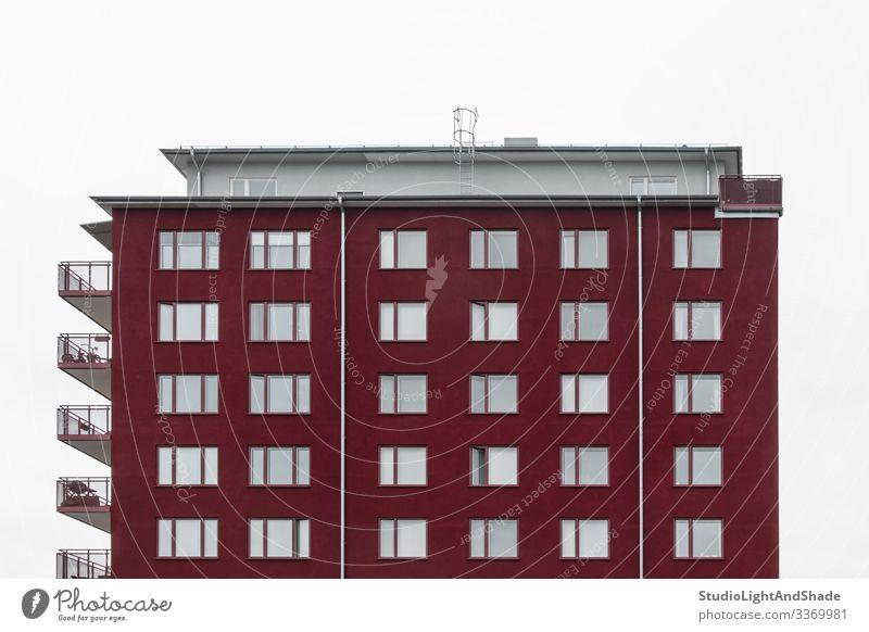 Modernes kirschrotes Gebäude Lifestyle Haus Himmel Wolken Stadt Architektur Fassade dunkel einfach modern neu Sauberkeit grau weiß Fenster Dach Europa Europäer