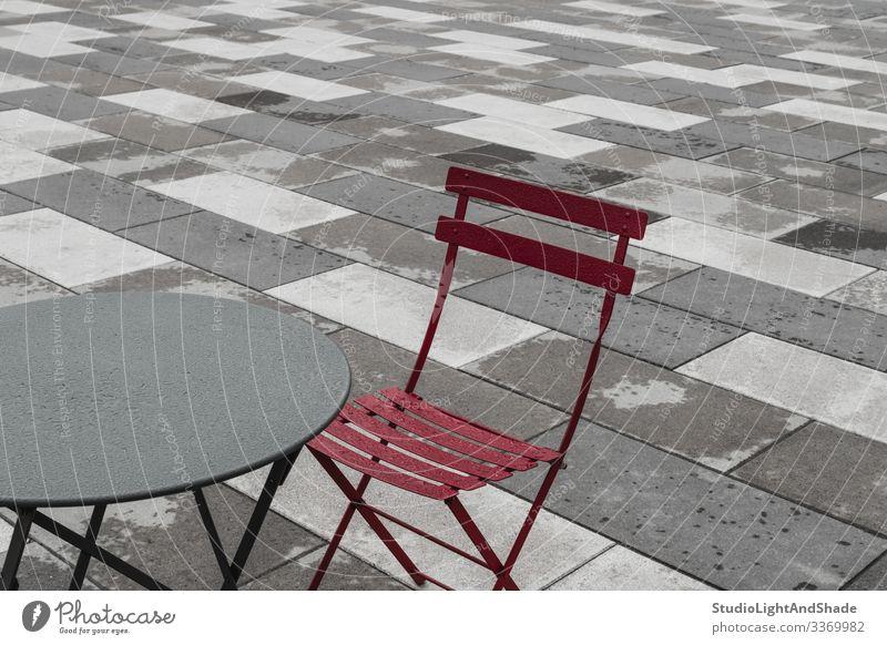 Außencafé mit rotem Stuhl und Tisch Möbel Regen Stadt Straße Stein Metall Tropfen dunkel einfach nass grau Café Kantine Bistro Außenseite Europa Europäer