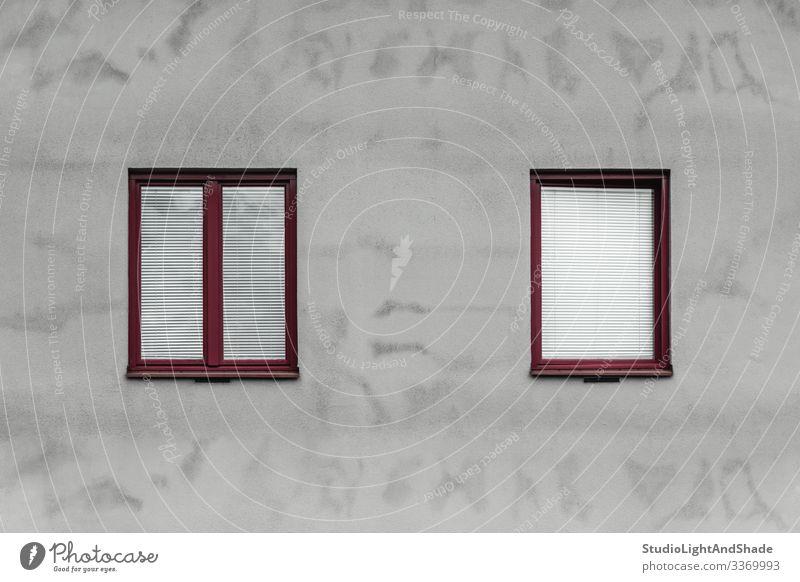 Rote Fenster und graue Wand eines Hauses Lifestyle Stadt Gebäude Architektur Fassade Beton einfach modern neu Sauberkeit rot weiß Rahmen Europa Europäer