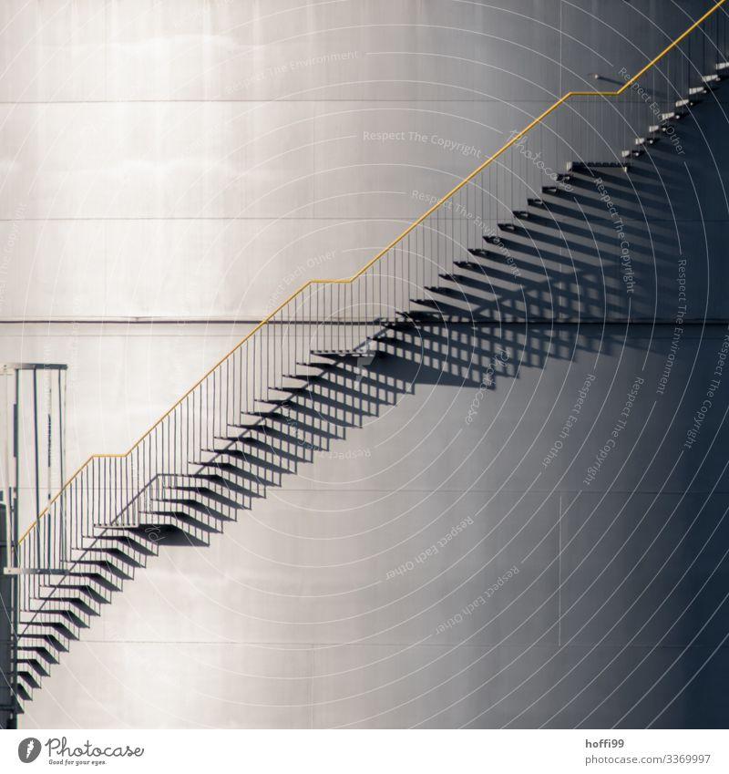Aussentreppe an einem Gastank im Hafen mit starkem Schattenwurf Energiewirtschaft Industrieanlage Fassade Treppe Öltank Treppengeländer elegant hell