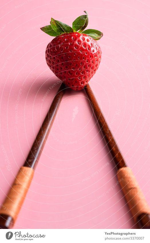 Reife Erdbeere auf Bambusstäbchen. Einfache Erdbeere Frucht Dessert Bioprodukte Vegetarische Ernährung frisch natürlich niedlich Ackerbau Bambusstäbe