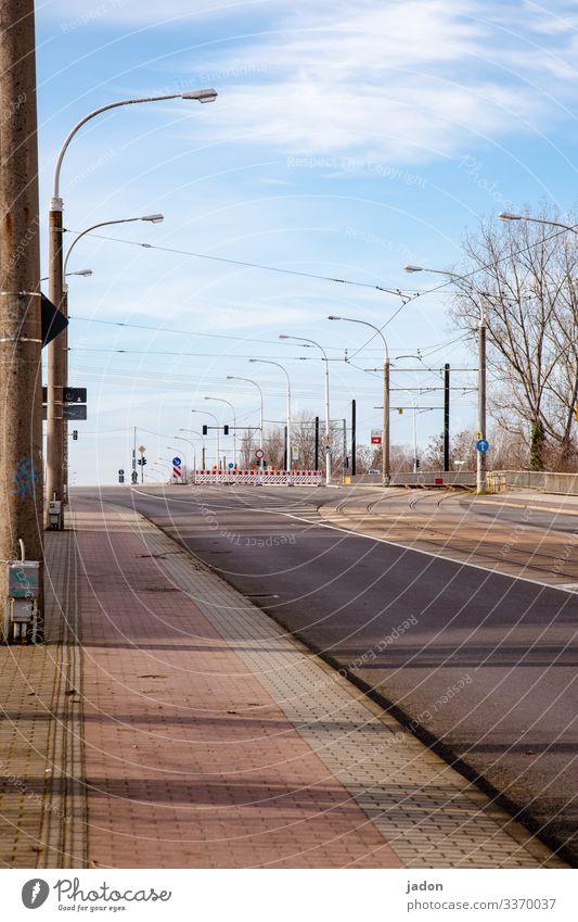 empty streets (20). Straße leer Verkehr Menschenleer Verkehrswege Wege & Pfade Farbfoto Straßenverkehr Autofahren Laterne menschenleer textfreiraum