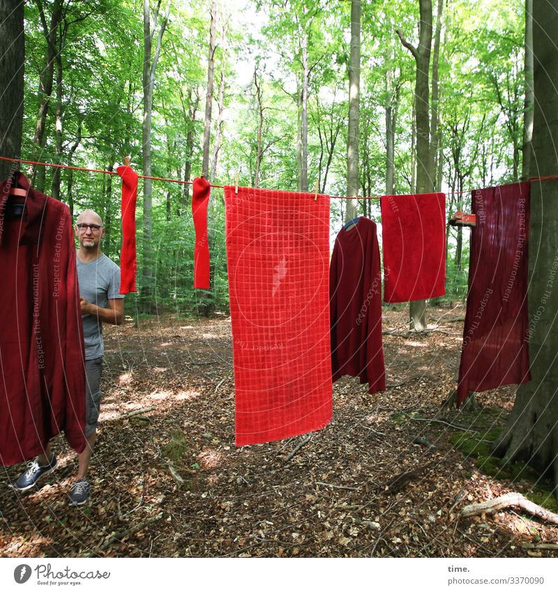 PZ3 | Red Stuff Day Controller maskulin Mann Erwachsene 1 Mensch Kunst Ausstellung Umwelt Natur Schönes Wetter Wald T-Shirt Hose Brille Glatze Bart Wäsche