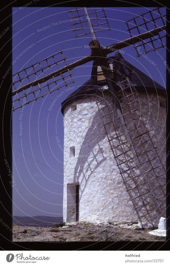 windmühle Europa Spanien Katalonien Windmühle Handwerk Wolkenloser Himmel weiß Windmühlenflügel Menschenleer Schatten