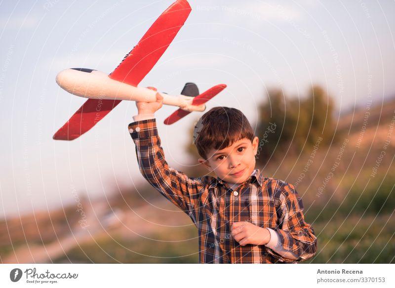 Kind Ferien & Urlaub & Reisen Blume Straße Wiese Junge Spielen fliegen Kindheit Abenteuer Geschwindigkeit Flugzeug Spielzeug 1 Mensch Pilot Barkasse