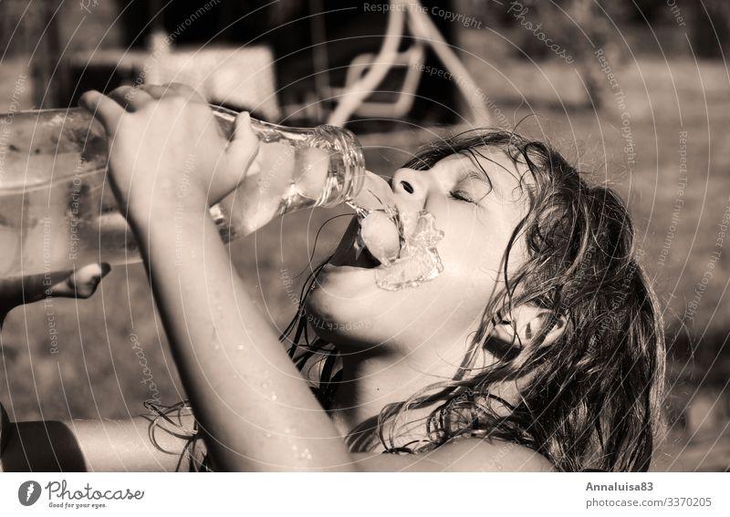 Durst im Sommer Kind Mensch Mädchen feminin Wiese Garten Park süß Kindheit Schönes Wetter Trinkwasser lecker Getränk trinken Flüssigkeit