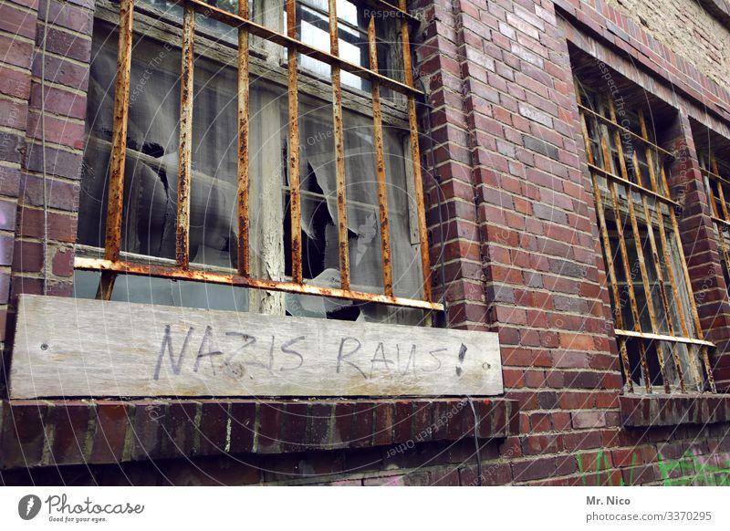 Nazis raus ausm Haus Politik & Staat Frustration nazis raus Vandalismus Nationalsozialismus Hausbesetzung Hausbesetzer rebellieren Subkultur Verfall Gebäude