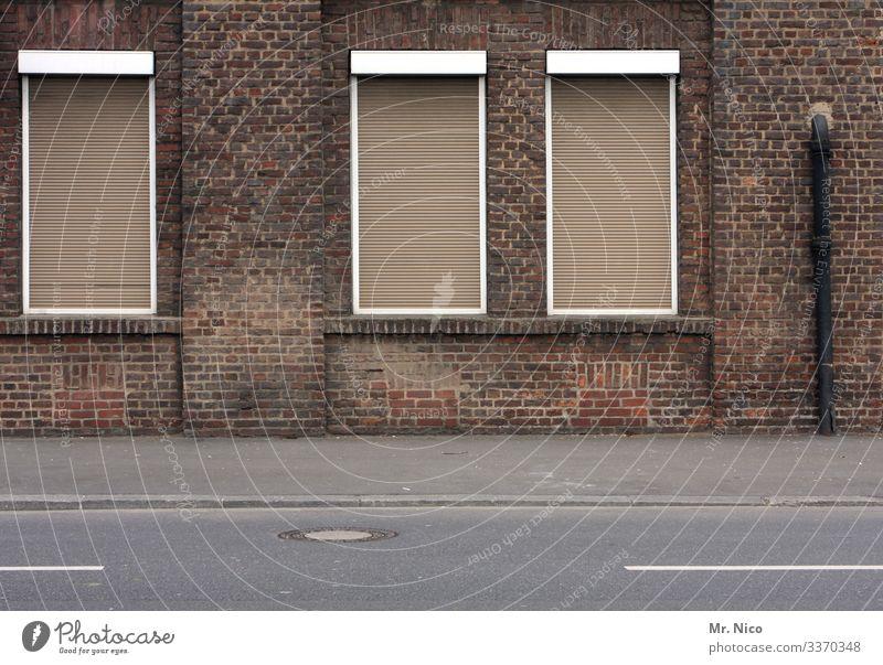 windows Fenster Altbau Rolladen Haus Straße Bürgersteig Fassade Verfall geschlossen Gebäude Stadt Dorf Unbewohnt Leerstand trist Vergänglichkeit alt leerstehend