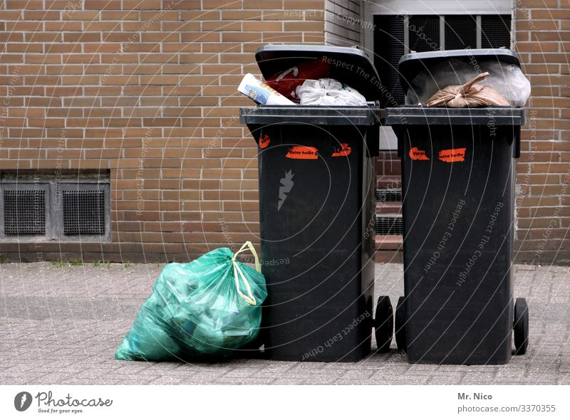 zuviel Müll  l Klimawandel Müllentsorgung Mülltonne Abfall Müllsack Straßenrand Umweltverschmutzung Müllbehälter Umweltschutz dreckig Recycling ökologisch voll