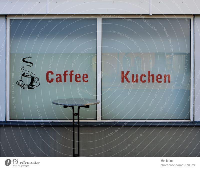 Kaffee und Kuchen Kaffeepause Café Bistro Kiosk Bäckerei Stehtisch Fensterscheibe Werbung Ladengeschäft Kaffeetrinken Frühstückspause Fensterfront Gastronomie