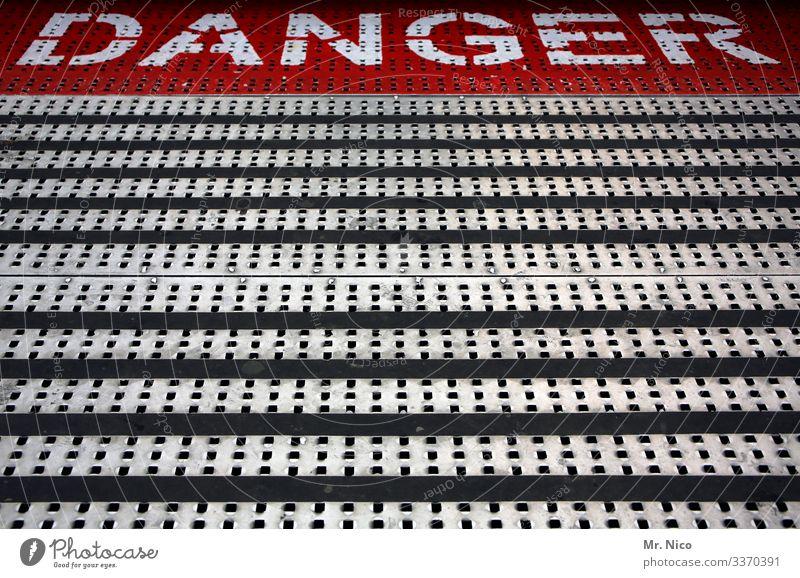 Danger weiß gefährlich Linien Metallboden Karussell schaustellerbetrieb Bodenbelag Kirmes Jahrmarkt Warnschild Rutschgefahr Hinweisschild