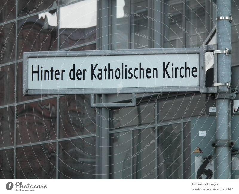 Hinter der Katholischen Kirche Haus Fassade Fenster Straße Schriftzeichen eckig einfach fest Sauberkeit seriös Stadt schwarz silber weiß Religion & Glaube