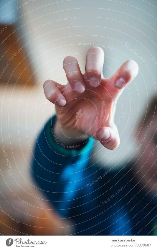 Junge zeigt gefährliche Krallen Hand Kindheit Kinderspiel Finger Hände Fäuste Symbole & Metaphern symbolkraft symbolisch Symbolismus Aggression aggressiv