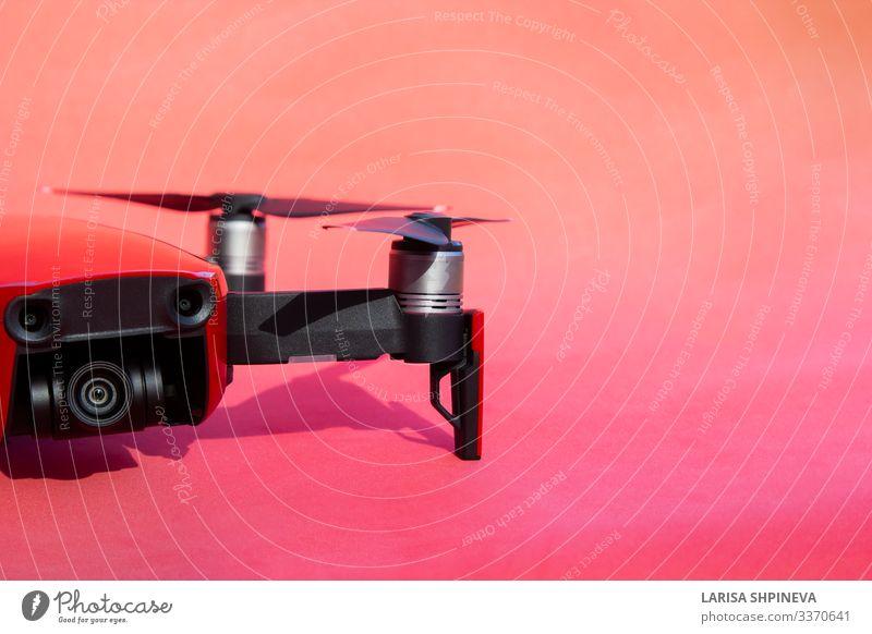 Drohnen-Quadkopter mit Camcorder auf rotem Hintergrund Freizeit & Hobby Pilot Fotokamera Technik & Technologie Fahrzeug Flugzeug Hubschrauber Fluggerät Roboter