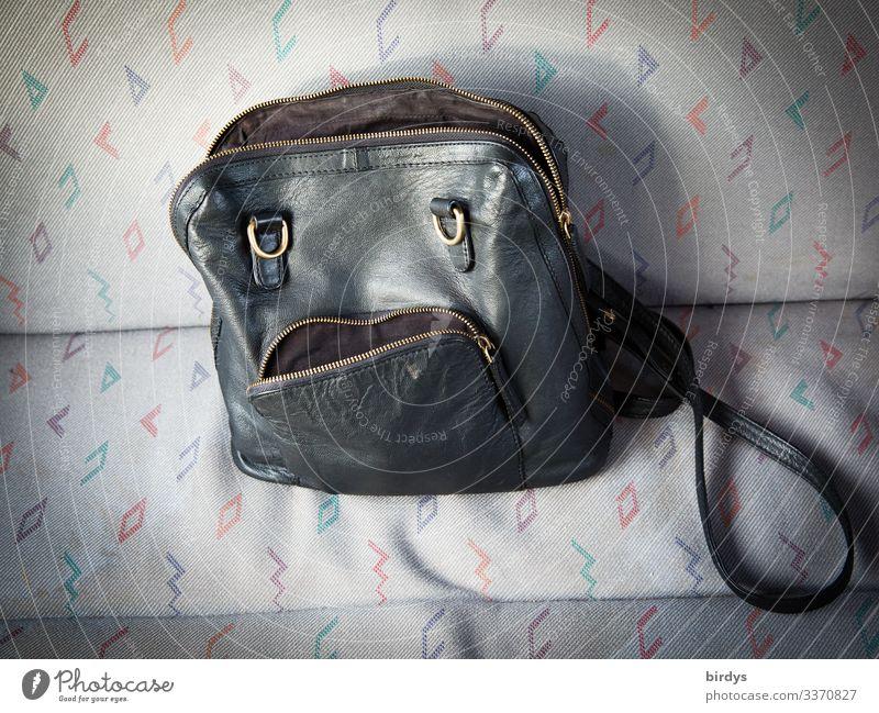 die traurige Traudl Stil androgyn Gesicht Accessoire Handtasche sprechen Blick Traurigkeit lustig niedlich feminin gold grau schwarz Liebeskummer Enttäuschung