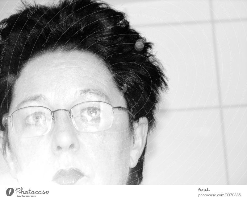 Erstes Selfie Bad Mensch feminin Frau Erwachsene Gesicht 1 45-60 Jahre Brille Haare & Frisuren kurzhaarig Blick trashig Blitzlichtaufnahme Relexionen