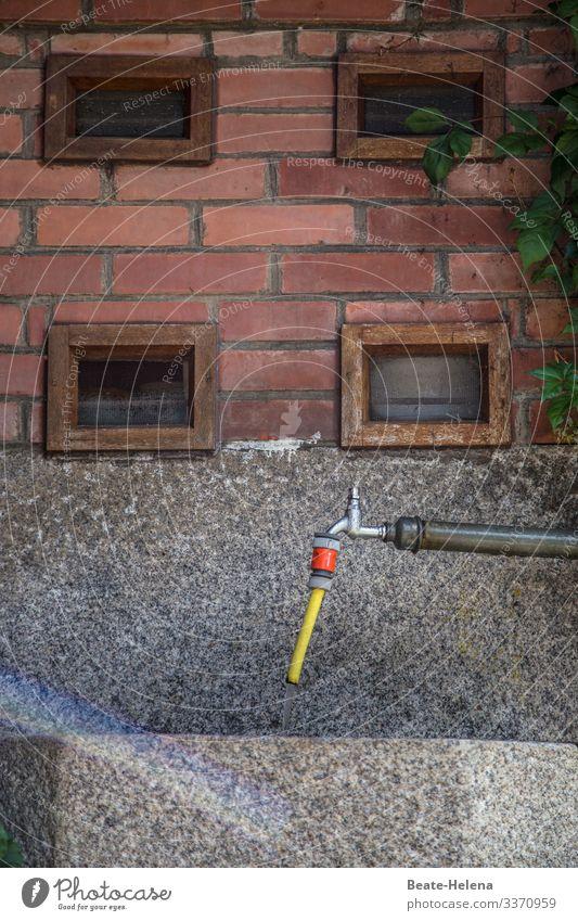 Wasserversorgung - überlebensnotwendig für Mensch und Natur Wasserstelle Wasserhahn Außenaufnahme Trinkwasser Gelb Rot Oase Stall Waschbecker Landleben