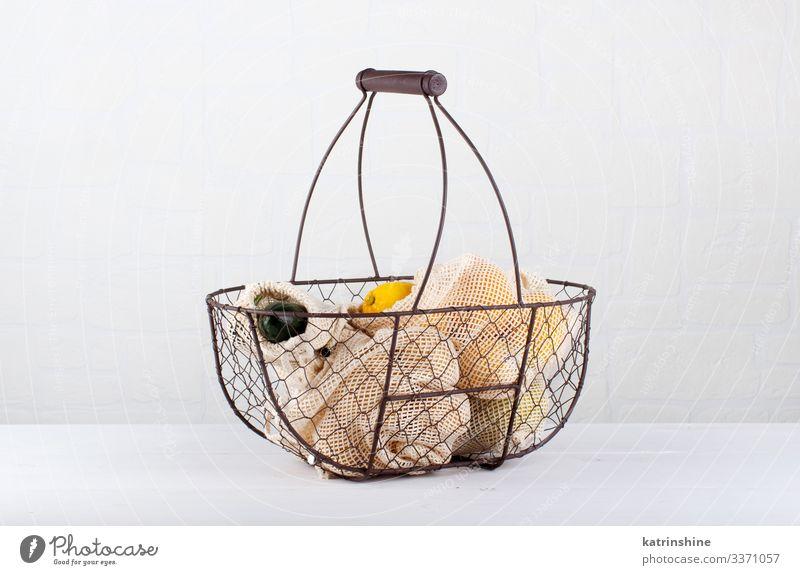 Frisches Gemüse und Lebensmittel in Stoffbeuteln in einem Backet Lifestyle kaufen Umwelt Kunststoff frei natürlich weiß keine Verschwendung Korb Entwurf