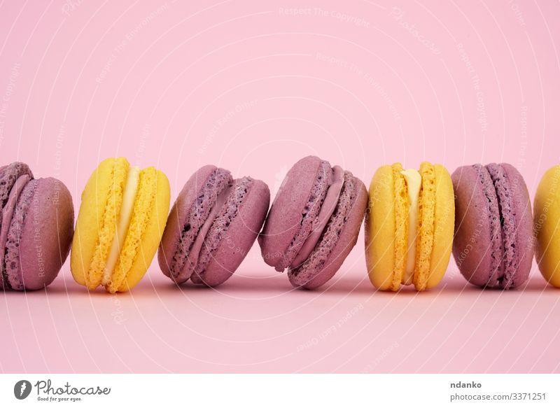 gelbe, violette runde gebackene Makronen Kuchen Dessert Süßwaren Gastronomie lecker rosa Farbe Tradition Mandel sortiert Sortiment Bäckerei Biskuit Bonbon