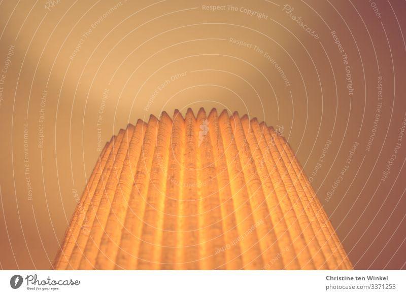 beleuchteter, mit Stoff bezogener Lampenschirm Lampenlicht Lampendetail Linie Streifen leuchten alt authentisch glänzend hell nah retro Wärme orange Gefühle
