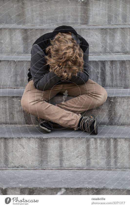 Lebensbrüche  | kleiner Junge sitzt sehr traurig mit den Händen vor dem Gesicht weinend auf einer Treppe Kind alleine Trauer Sorge Angst Verlust verlassen