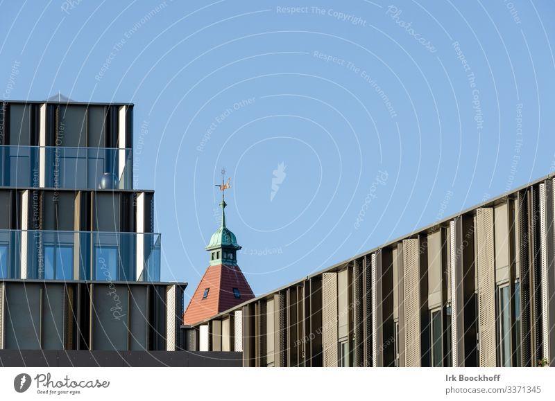 Verbindung von alter und neuer Architektur Baustelle Stadt Hochhaus Fabrik Kirche Turm Bauwerk Gebäude Stein Metall außergewöhnlich eckig blau braun rot