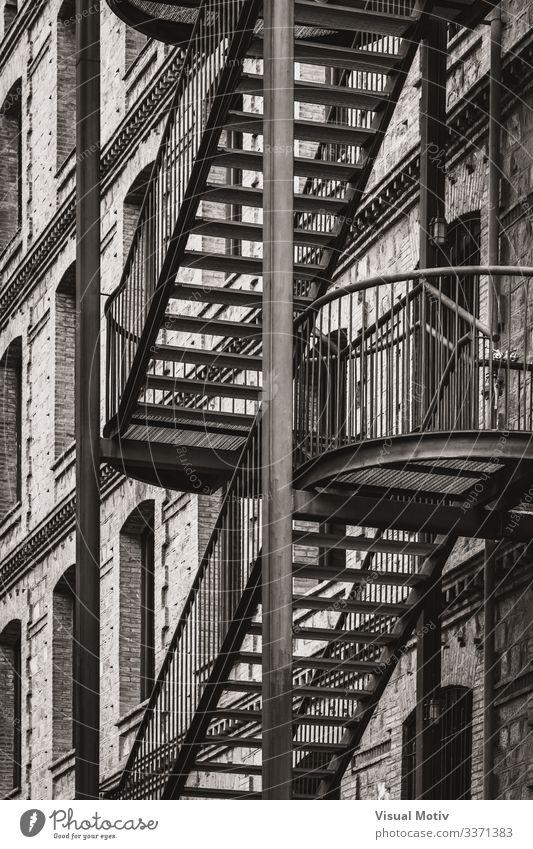 Metalltreppe einer alten Fabrik Design Klettern Bergsteigen Industrie Architektur Treppe Fassade Stahl Backstein Geborgenheit Unterstützung Schiene