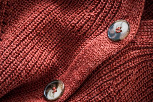 Strickjacke aus Naturwolle Design Winter Industrie Mode Bekleidung dick natürlich rot Geborgenheit bequem Farbe Hintergrund Strickwaren stricken Textil