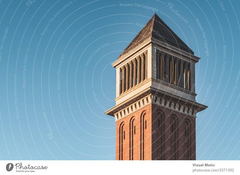 Venezianischer Turm bei Sonnenuntergang unter blauem Himmel Landschaft Hauptstadt Gebäude Architektur Backstein Farbe Blauer Himmel venezianisch