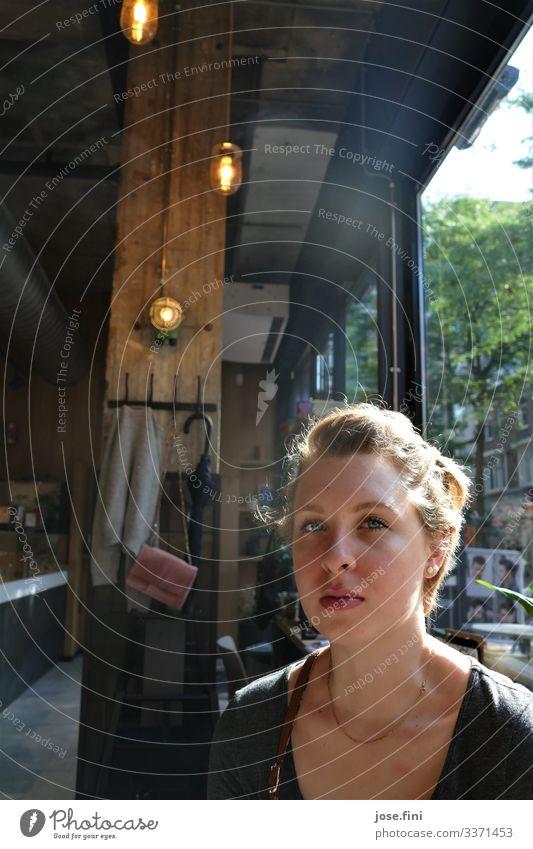 Sie saß in einem hellen Café in Holland, mit hohen Decken aus Holz, die Morgensonne schien durch die großen Fenster, als ich sie sah Stil Ausflug Student