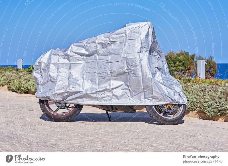 Wasserdichte Abdeckung für Motorrad mit silberner Oberfläche Ferien & Urlaub & Reisen Tourismus Sonne Landschaft Wetter Regen Park Verkehr Straße Fahrzeug
