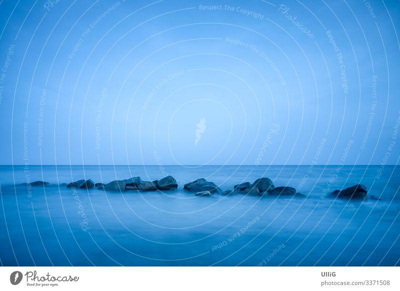 Blaue See - Blau schimmernde Ostsee nach Sonnenuntergang in der Zeit der Blauen Stunde am Rabylille Strand, Insel Mön, Dänemark. Meer Küste Natur Wasser Stille