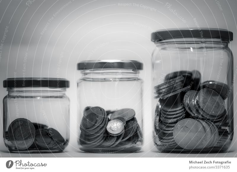Wachsende Münzen im Glasgefäß mit Anlagefinanzkonzept Flasche Geld sparen Erfolg Wirtschaft Kapitalwirtschaft Geldinstitut Business Ruhestand Hand Pflanze Blatt