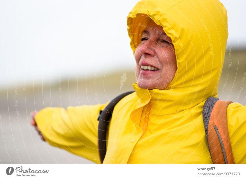 Abgehoben | Startversuch Ferien & Urlaub & Reisen Freiheit Strand Mensch feminin Frau Erwachsene Weiblicher Senior 1 45-60 Jahre Herbst schlechtes Wetter