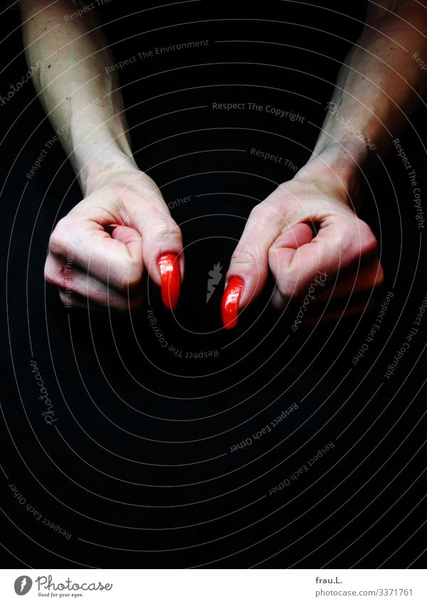 Krallen feminin Frau Erwachsene Arme Hand Finger 1 Mensch 30-45 Jahre einzigartig verrückt Nagellack Gefäße Wunde Faust Farbfoto Innenaufnahme