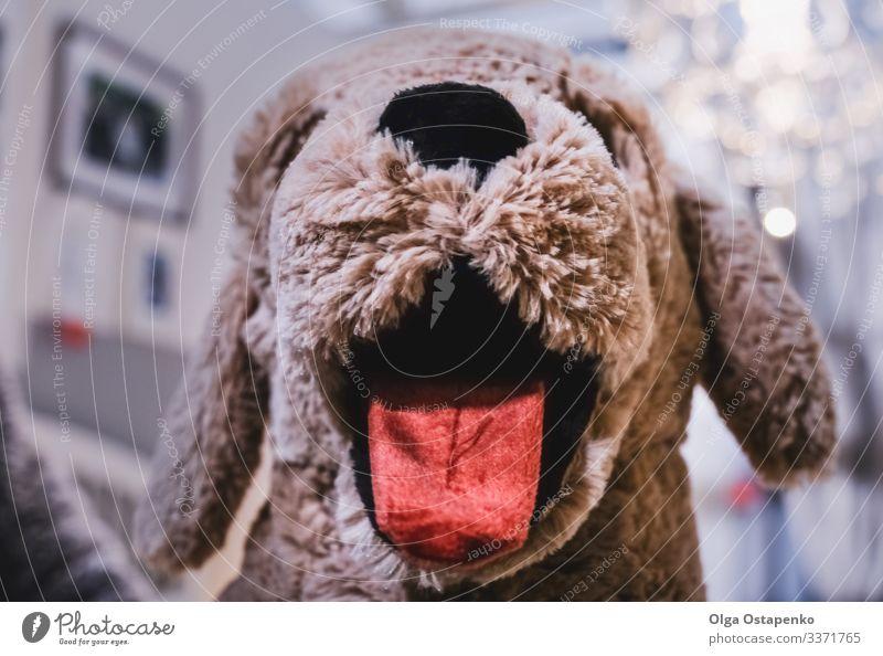 Kinderspielzeughund mit herausgestreckter Zunge Spielzeug Faser Kindheit Hund niedlich braun weich Stoffnase Haustier Gesicht Spielen charmant süß lieblich