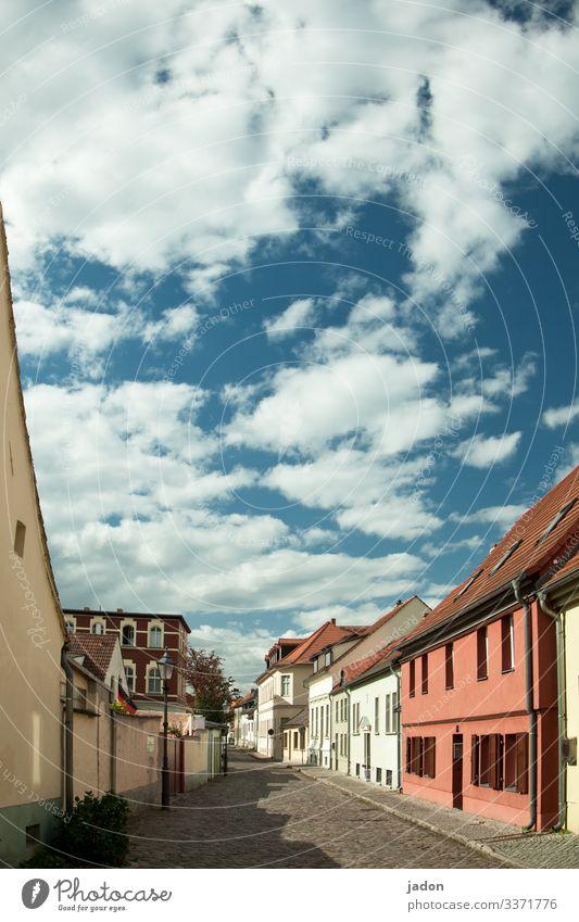 auf besonderen wunsch. Himmel alt Stadt Haus Wolken Straße Wand Wege & Pfade Gebäude Mauer Fassade Idylle Schönes Wetter Romantik Altstadt Sightseeing
