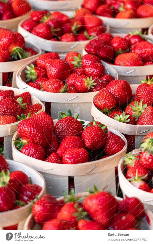 Frische rote Erdbeeren zum Verkauf auf dem Obstmarkt Vegetarische Ernährung Landwirtschaft Hintergrundbild schön Beeren Frühstück schließen Nahaufnahme