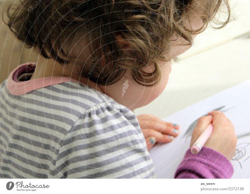 Kleines Mädchen malt Kind Spielen Spieltrieb Motorik Freude Stift gestreift Bild Hand Locken von hinten Halbprofil Hobby basteln DIY Freizeit & Hobby Schulhof