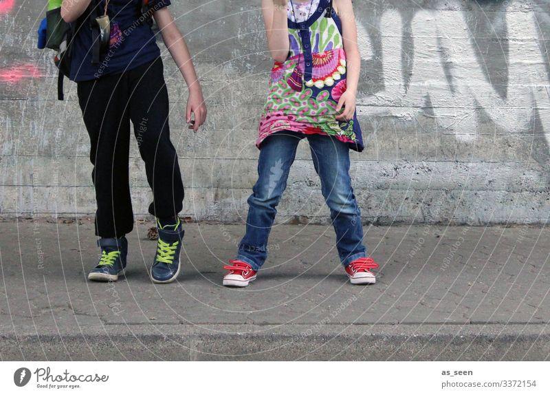 Dancin´ in the street Mädchen Junge 2 Mensch Jugendkultur Subkultur Umwelt Stadt Bürgersteig Mauer Wand Fassade Straße T-Shirt Jeanshose Rucksack Turnschuh