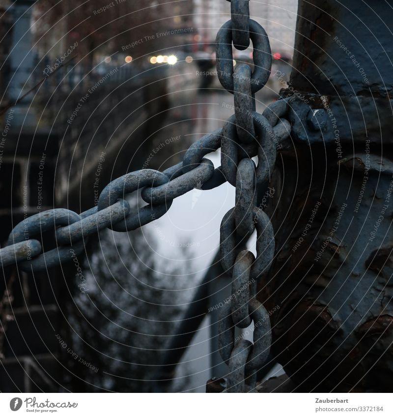 Kettenglieder an einem Brückengeländer über einem Kanal Geländer düster Farbfoto Außenaufnahme Metall Detailaufnahme Rost Schwache Tiefenschärfe Gedeckte Farben