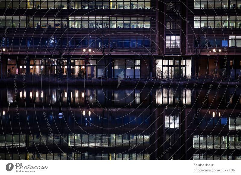 Hochhausfassade mit beleuchteten Fenstern Wirtschaft Business Berlin Berlin-Mitte Hauptstadt Stadtzentrum Bauwerk Fassade Arbeit & Erwerbstätigkeit Tatkraft