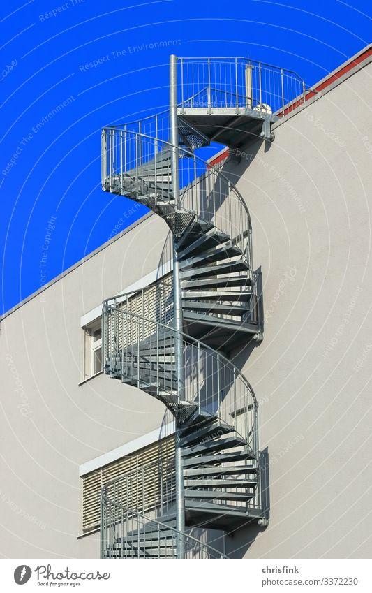 Wendeltreppe an Haus Farbfoto Schatten Licht Tag Außenaufnahme grau Vertrauen Spirale Fluchtweg blau sportlich Glas Beton Dach Treppe Bauwerk Gebäude