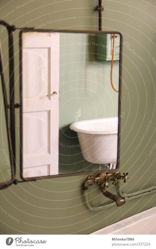 Badefreuden Haus Einfamilienhaus alt ästhetisch hell historisch grün Badewanne Badezimmerarmatur altmodisch antik Farbfoto Innenaufnahme Menschenleer