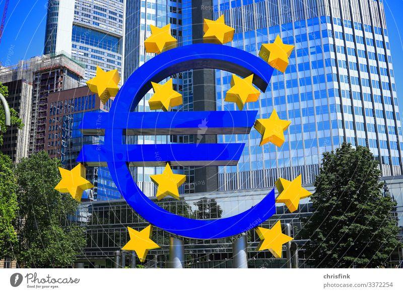Euro Zeichen vor Bankgebäude Wirtschaft Industrie Handel Kunst Haus Hochhaus Architektur blau kaufen Reichtum eurozone Geld brexit Europäische Zentralbank