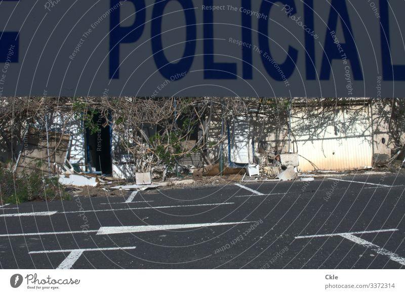 Tatort Polizei Haus Hütte Ruine Platz Bauwerk Gebäude Mauer Wand Fassade Tür Parkplatz Zeichen Schriftzeichen Ziffern & Zahlen Schilder & Markierungen
